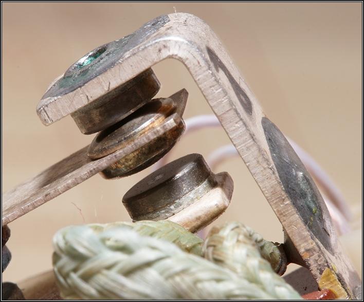 Фотография 5. Пара контактов, вольфрам (неподвижный контакт) и серебро (подвижный контакт), силовое реле РС